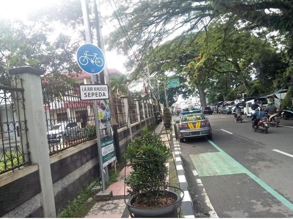 Mobil Polisi Halangi Jalur Sepeda di Sukabumi Disorot Warganet