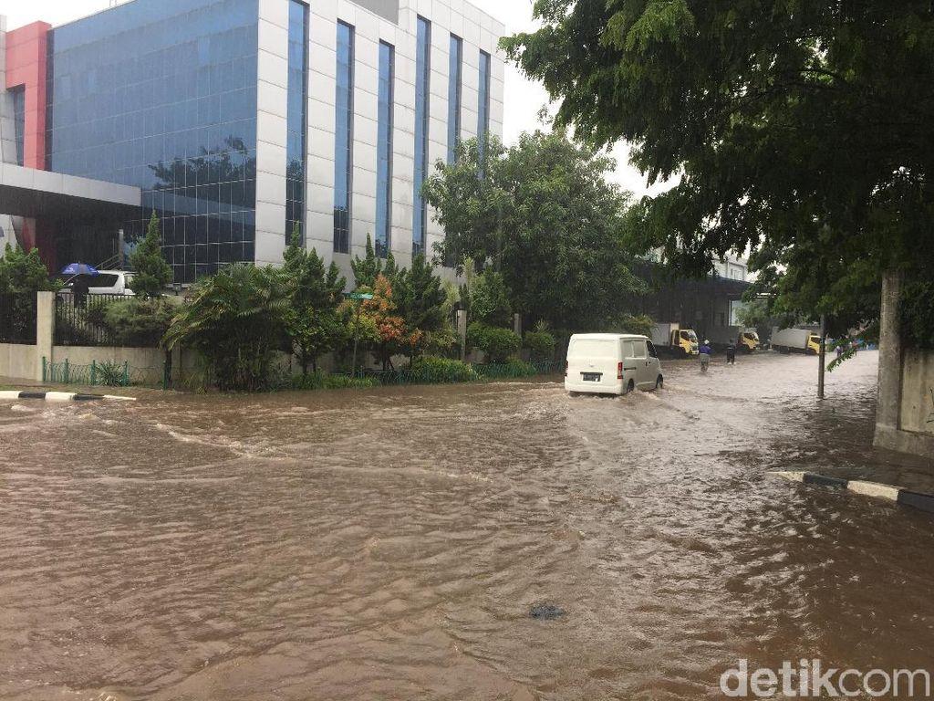 Kawasan Industri Pulogadung Banjir 30 Cm, Ada Pohon Tumbang