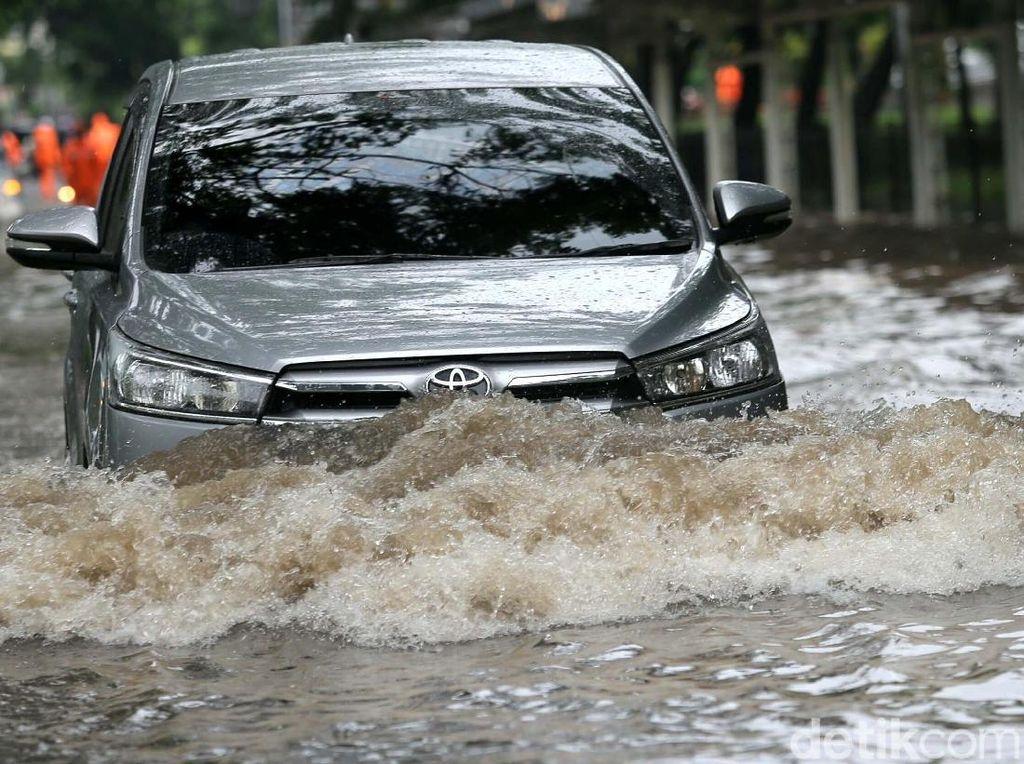 Aksi Pengendara Terobos Banjir di Cempaka Putih
