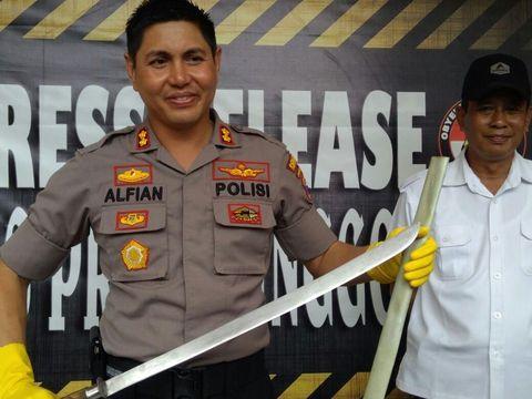 Pedang yang hendak digunakan Lutfianto untuk membunuh polisi