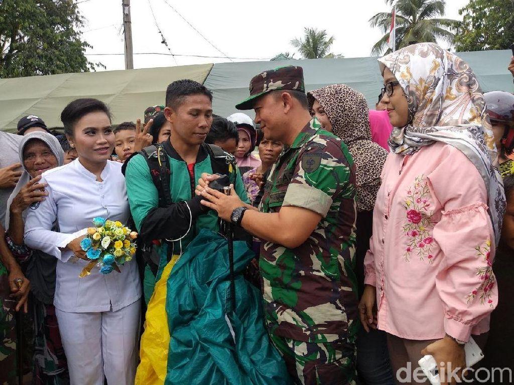 So Sweet! Anggota TNI di Palopo Lamar Kekasihnya Usai Terjun Payung