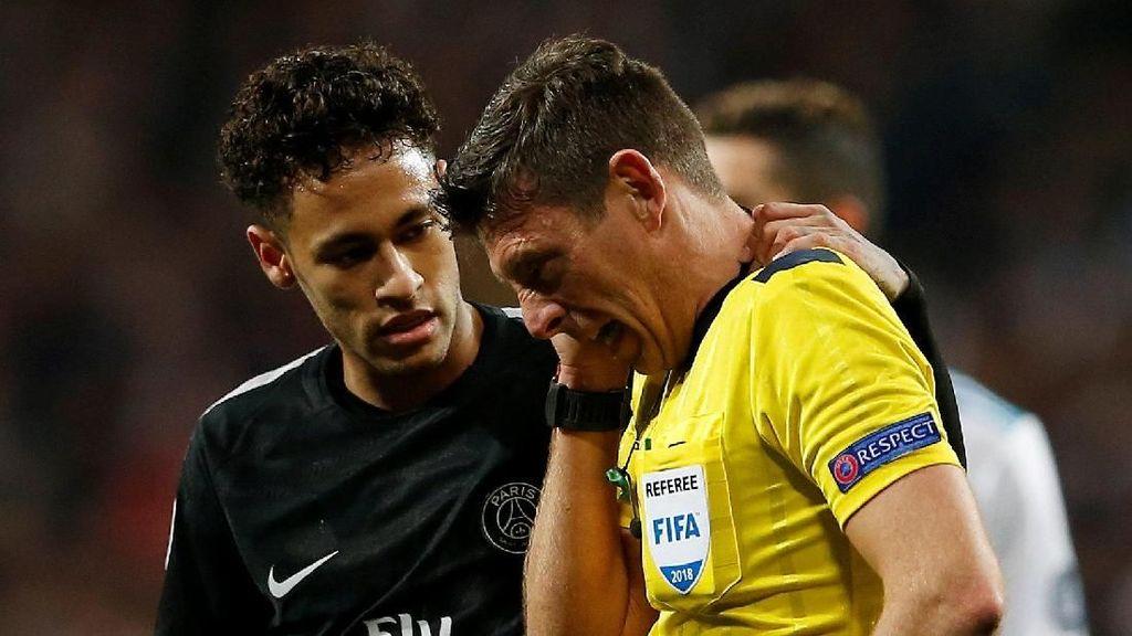 Foto: Saat Bola Tendangan Neymar Hantam Muka Wasit