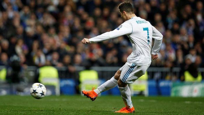 Cristiano Ronaldo mengeksekusi tendangan penalti untuk Real Madrid ke gawang PSG. (Foto: Stringer/Reuters)