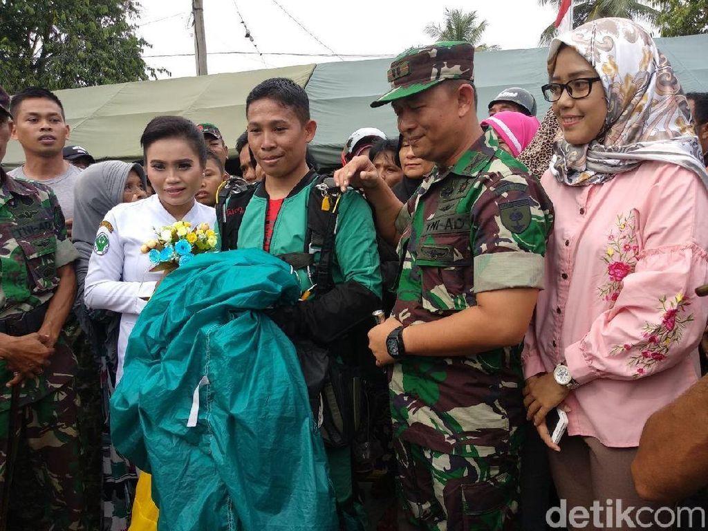 Aksi Romantis Prajurit TNI Lamar Kekasihnya Usai Terjun Payung