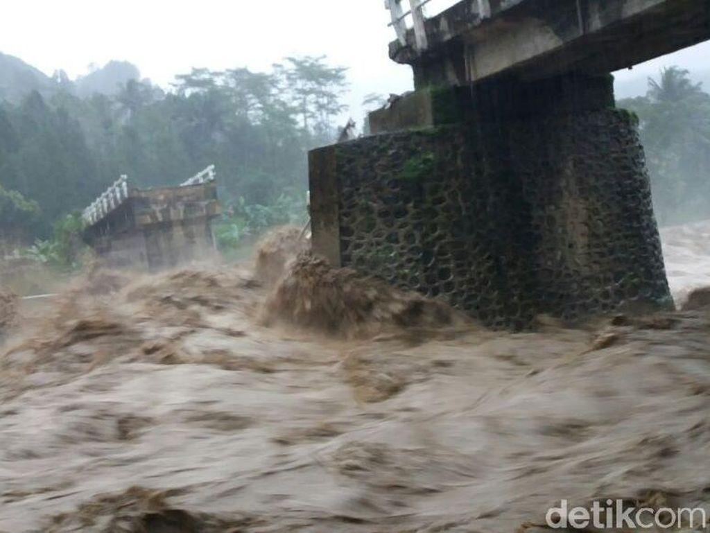 Hujan Deras Sebabkan Jembatan Putus dan Tanah Longsor di Pekalongan