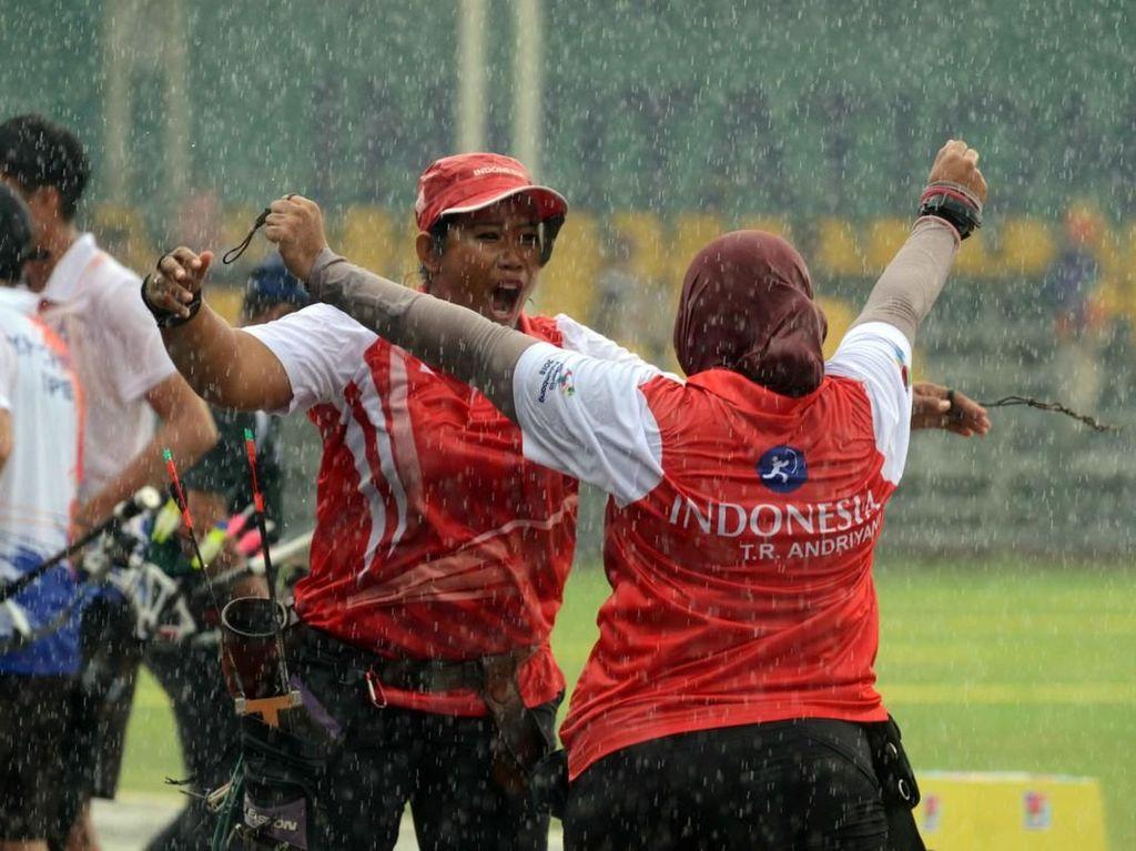 Trio Srikandi Menyelamatkan Muka Indonesia di Kala Hujan