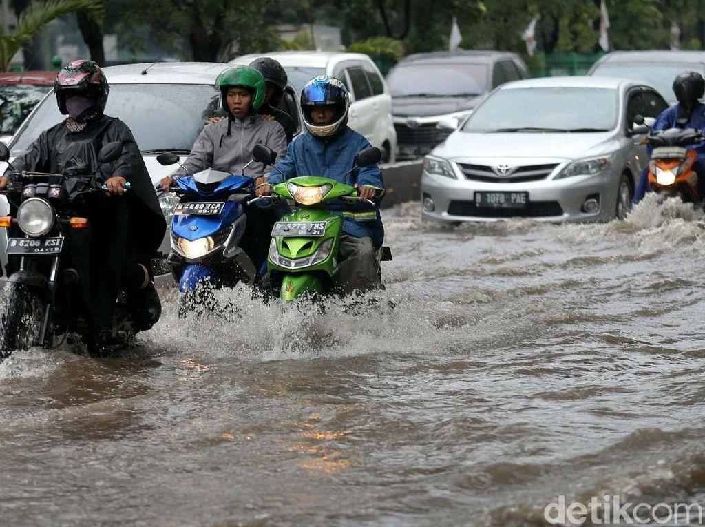 Musim Hujan, Pemotor Harus Lebih Rajin Cek Busi