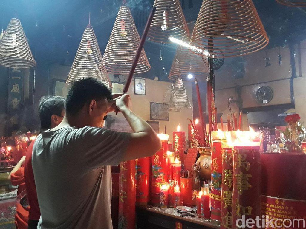 Sambut Imlek, Umat Konghucu Beribadah di Kelenteng Tertua di Jakarta
