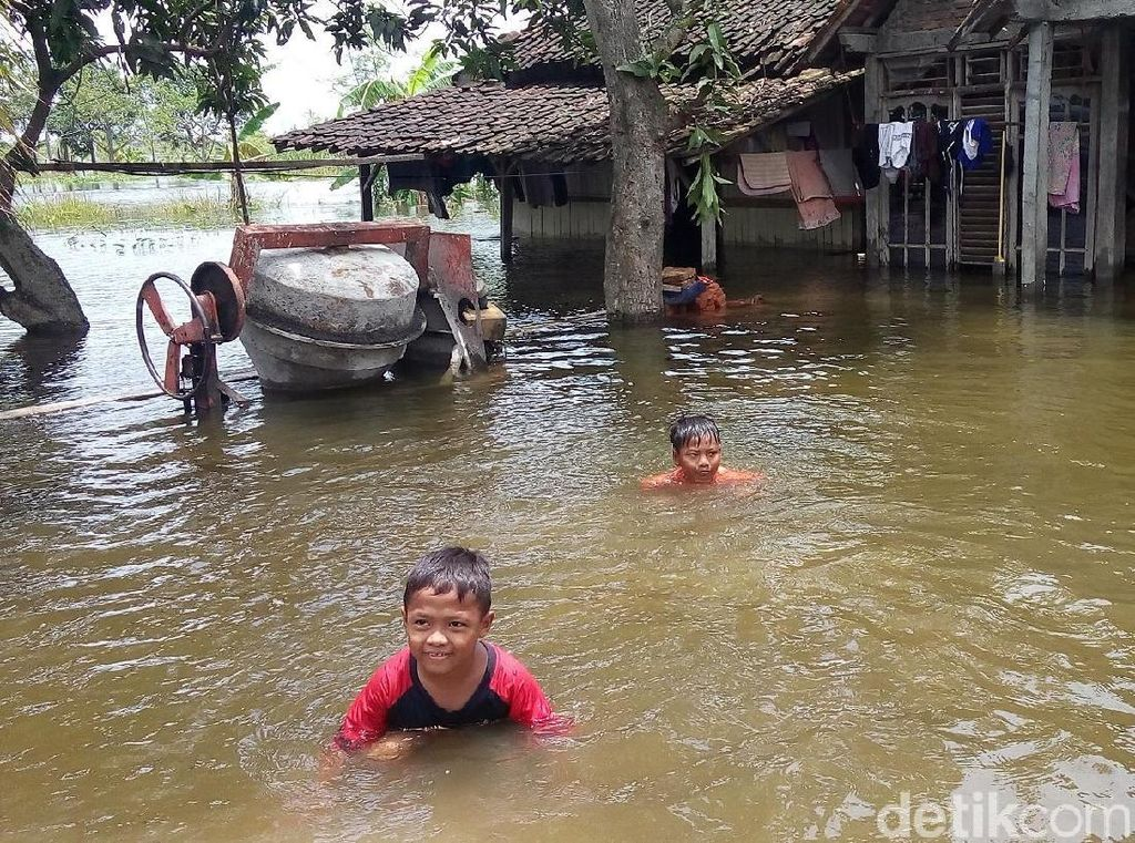 Libur Sekolah, Anak-anak Korban Banjir di Demak Malah Bermain Air