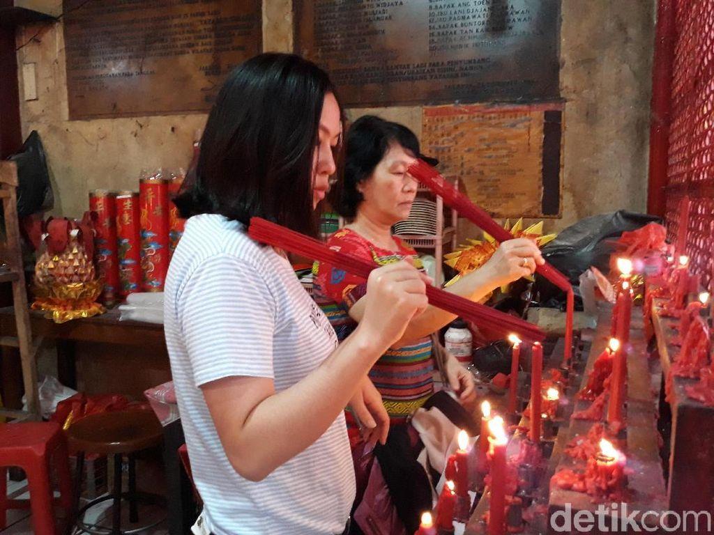 Sembahyang di Kelenteng Sin Tek Bio, Ini Harapan Umat untuk Imlek 2018