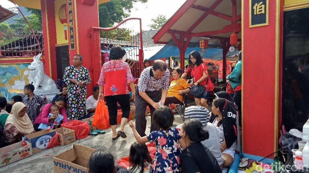 Foto: Berbagi Angpao Saat Imlek di Vihara Bahtera Bhakti Ancol