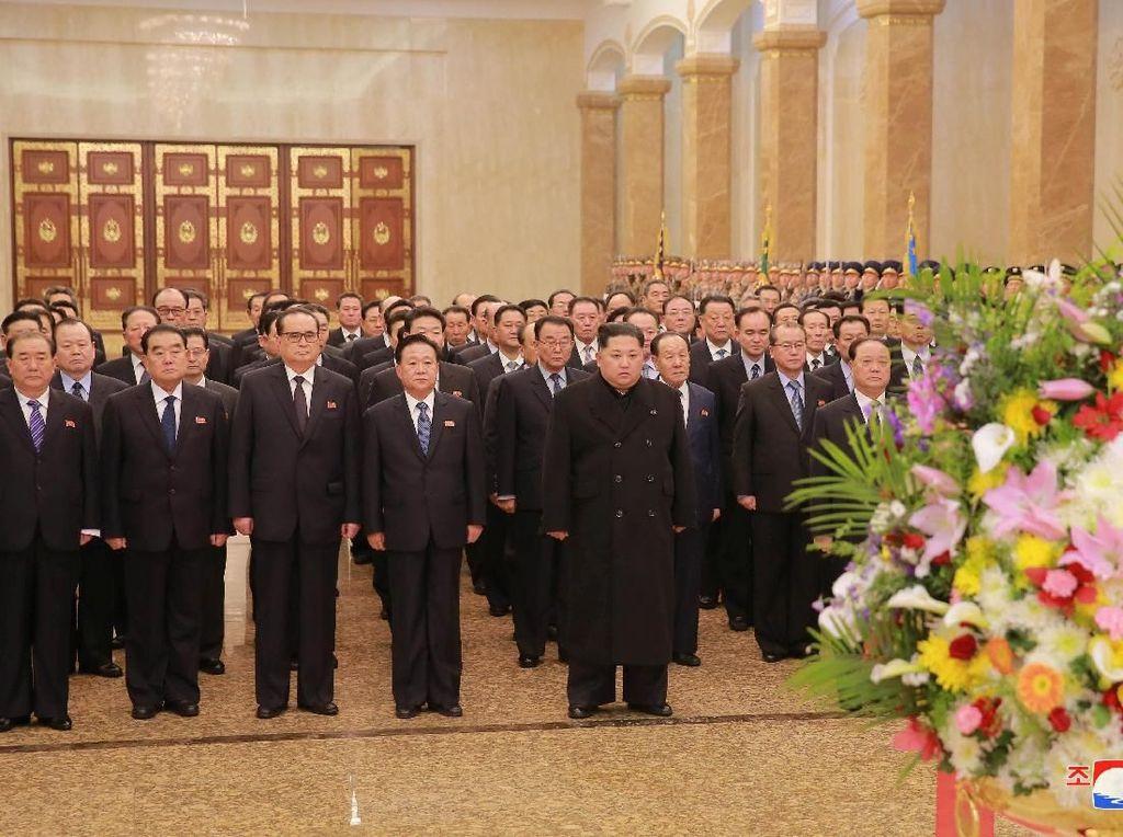 Kim Jong-Un Peringati Kelahiran Mendiang Ayahnya di Mausoleum