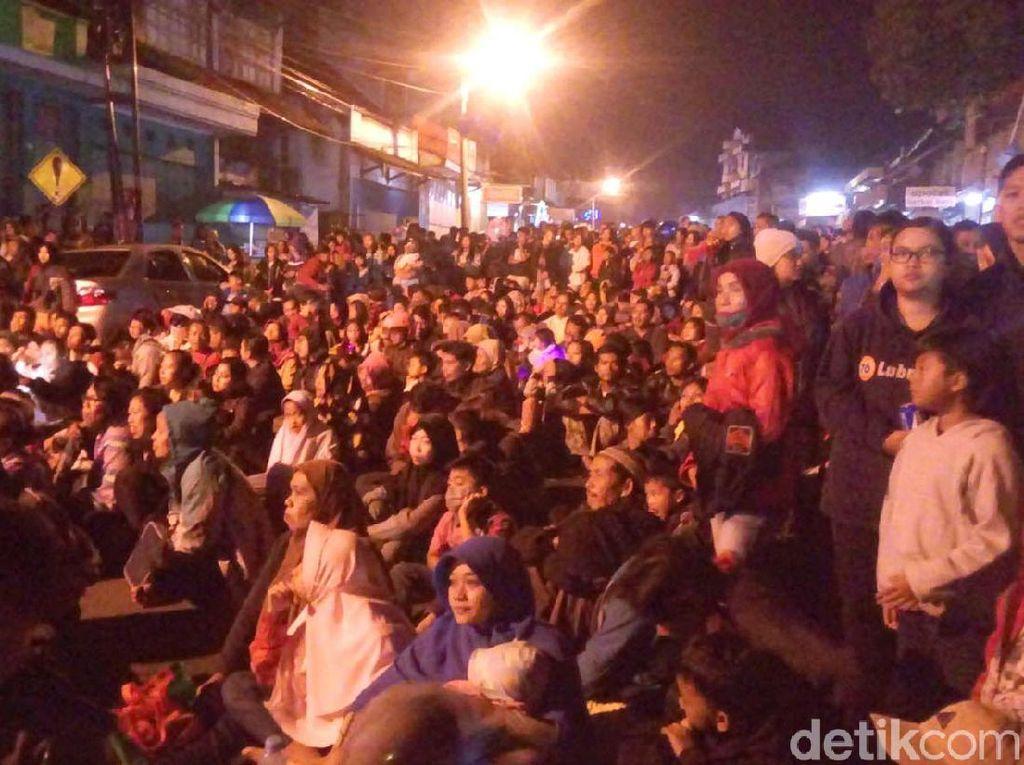 Pesta Kembang Api Akhiri Perayaan Imlek di Kelenteng Hok Tik Bio