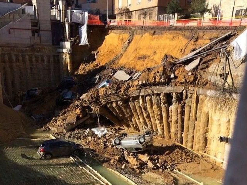 Penampakan Lubang Menganga di Roma yang Telan Gedung dan Mobil