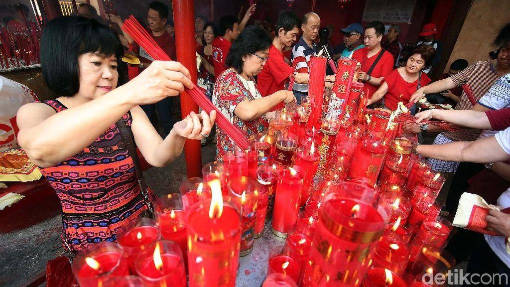 Rayakan Imlek, Warga Tionghoa Datangi Vihara Petak Sembilan