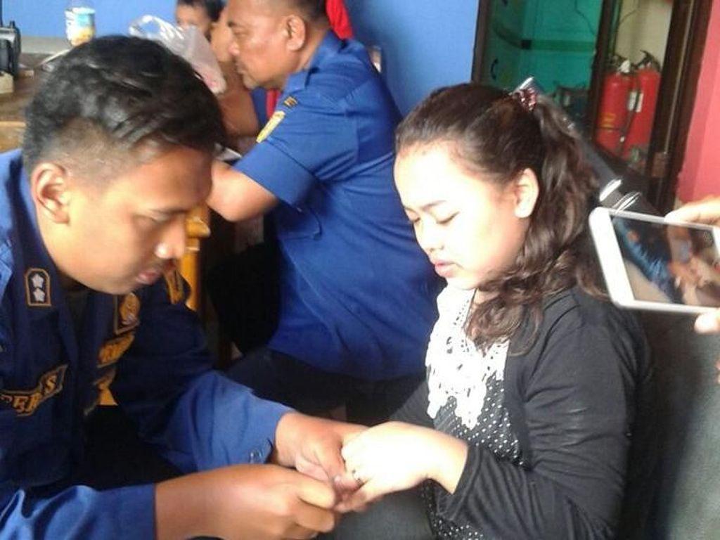 Aksi Petugas Damkar Lepas Cincin Nyangkut Pakai Sabun