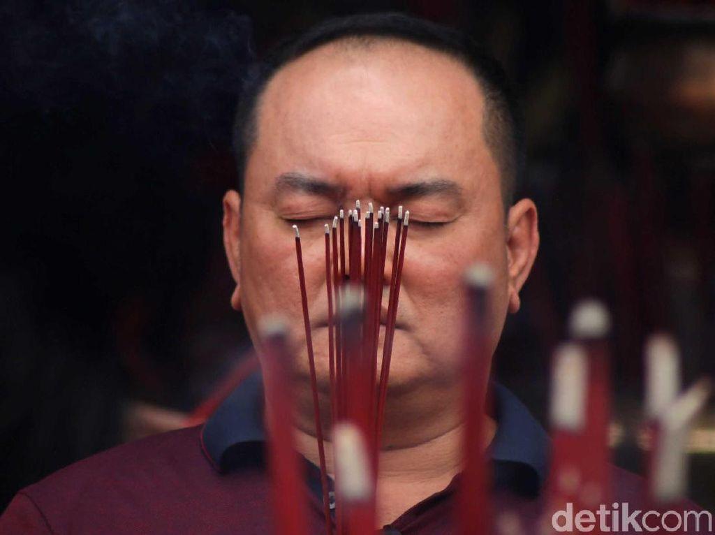 Momen Warga Tionghoa Khusyuk Berdoa untuk Rayakan Imlek