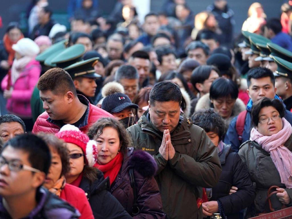 Imlek di China, Warga Berbondong-bondong Berdoa di Kuil