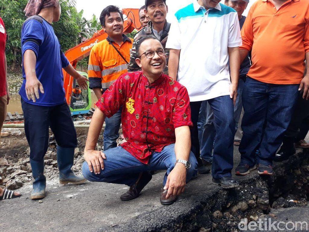 Anies Beli Baju Khas China di Toko Langganan di Petak Sembilan