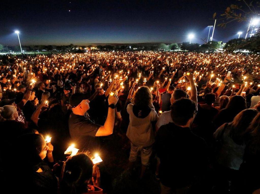Lilin dan Bunga untuk 17 Korban Penembakan Massal di Florida