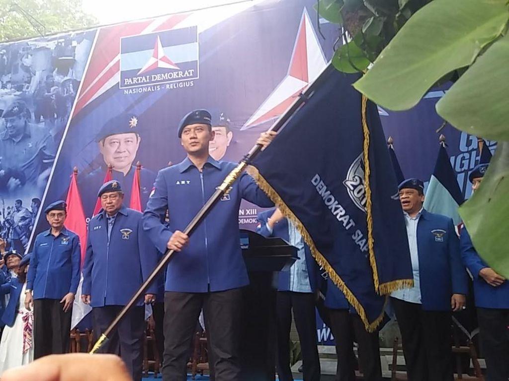 Foto: Resmi Jadi Kader, Ini Momen AHY Pakai Baret dan Jaket Demokrat