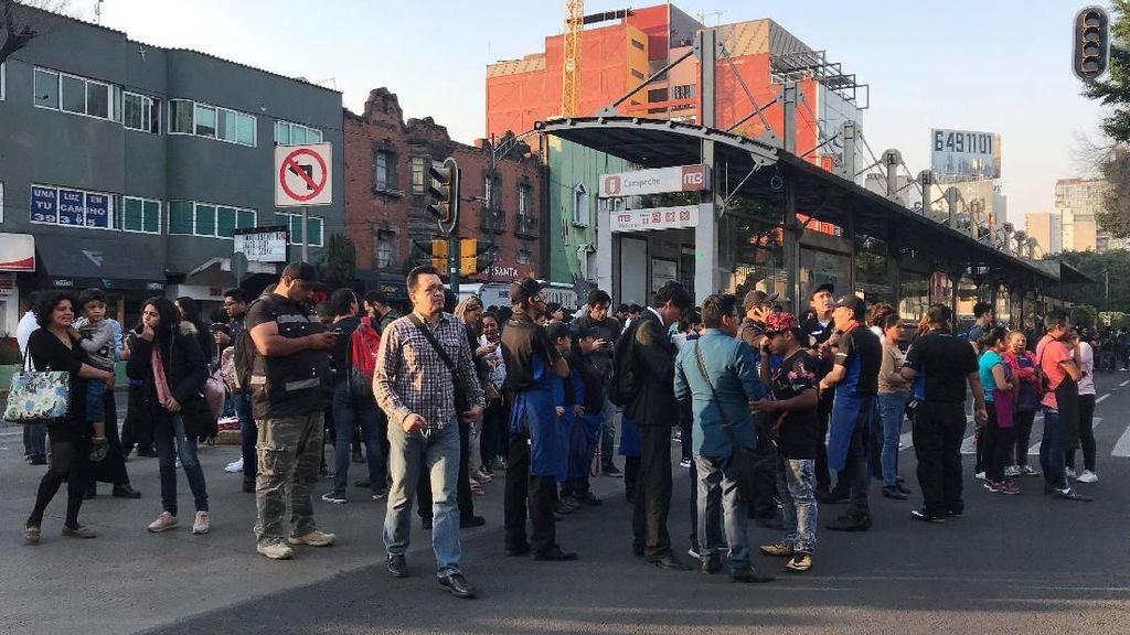 Foto: Warga Mexico Berkumpul di Jalan Usai Gempa 7,2 SR