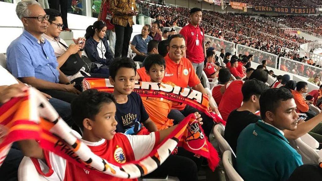 Dukung Persija, Anies Datang ke GBK Bersama Anak dan Keponakan