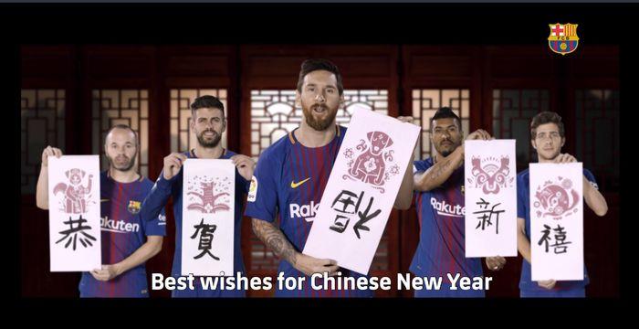 FC Barcelona mengucapkan selamat Imlek melalui Andres Iniesta, Gerard Pique, Paulinho, Sergi Roberto, Lionel Messi, dan Luis Suarez. Mereka di antaranya beraksi menulis aksara China. (Foto: fcbarcelona.com)