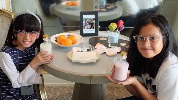 Anak-anak Ersa Mayori tengah minum susu