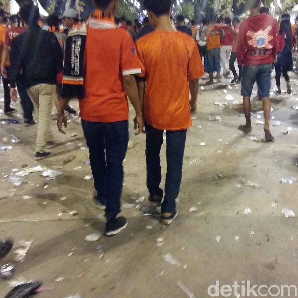 Foto: Sampah Berserakan di GBK Usai Final Piala Presiden