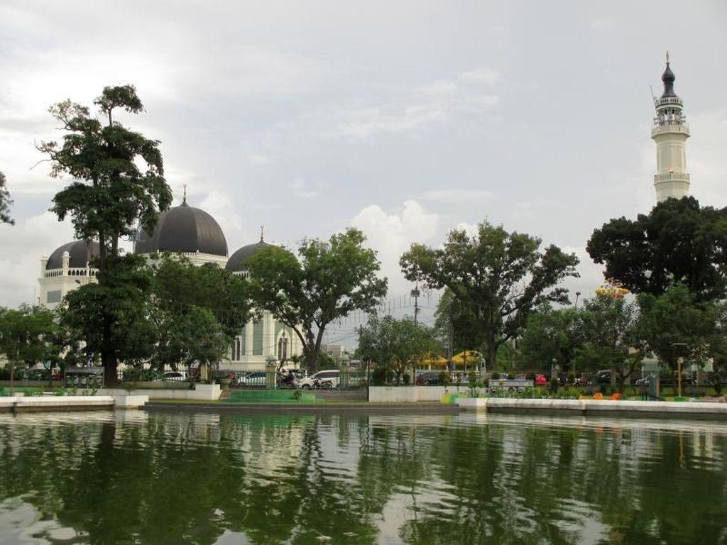 Megahnya Masjid yang Ada di Uang Rp 50