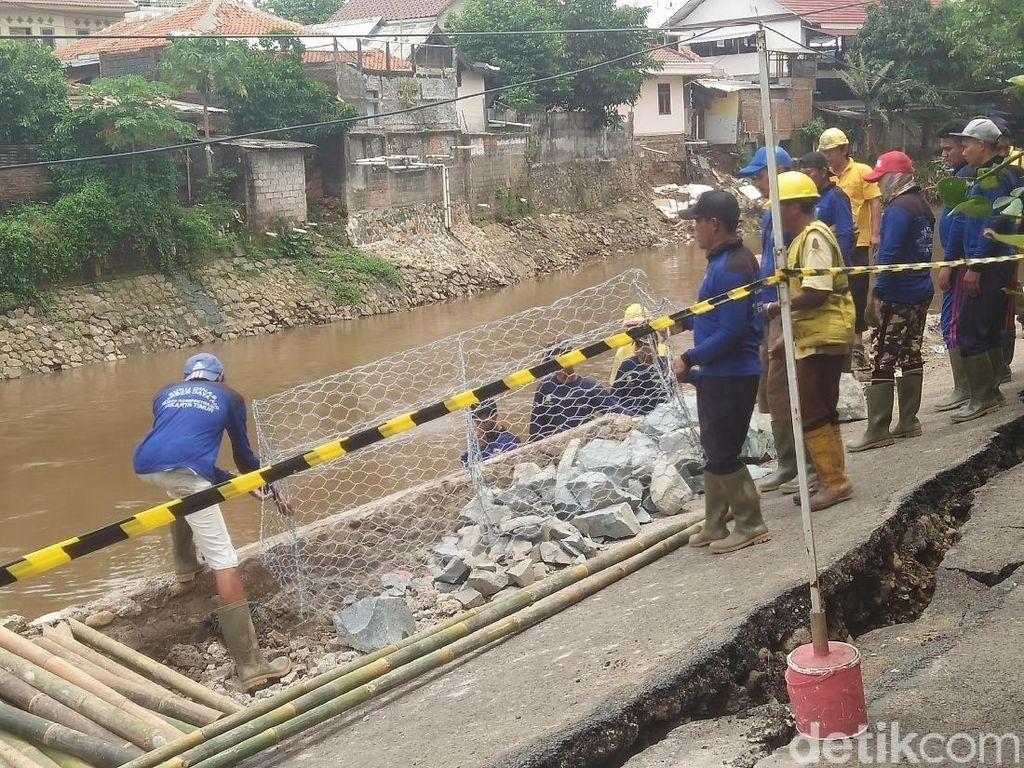 Jalanan Retak di Kp Berlan Dipasangi Bronjong oleh Pasukan Biru