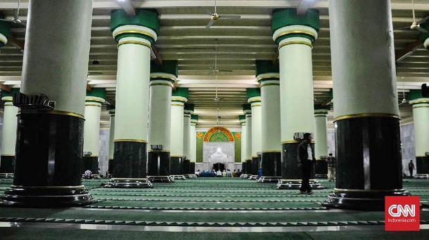 Masjid Agung Kauman merupakan masjid tertua di kota Semarang yang dibangun pada tahun 1749, masa kesultanan Demak. Masjid yang terletak di Jalan Bangunharjo ini telah menjadi cagar budaya dan harus dilindungi.