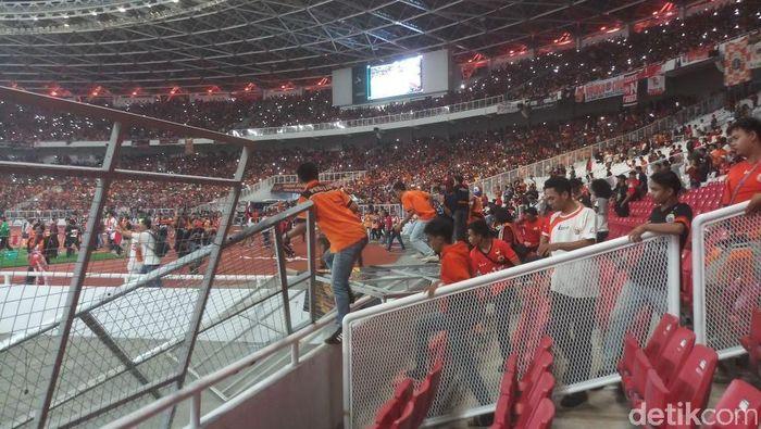 Pagar pembatas SUGBK roboh usai diterjang sejumlah suporter dari Persija, The Jakmania. Mereka merangsek masuk lapangan untuk merayakan keberhasilan Persija juara. (Foto: Yanu Arifin/detikSport)