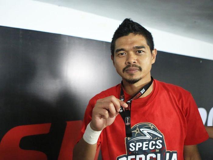 Bambang Pamungkas memperlihatkan medali juara Piala Presiden 2018 yang kini sudah hilang. (Foto: Instagram @jonimetal)