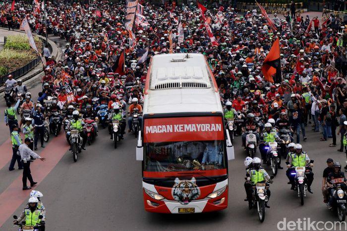 Pantauan detikSport, sekitar pukul 14.30 WIB, Minggu (18/2/2018) Jak Mania mulai berdatangan di Plaza Barat, Jalan Asia Afrika, Jakarta.