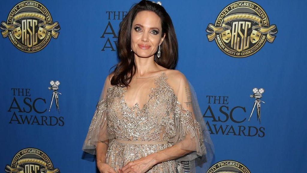 Foto: Jennifer Aniston Pisah, Angelina Jolie Anggun Bergaun Transparan
