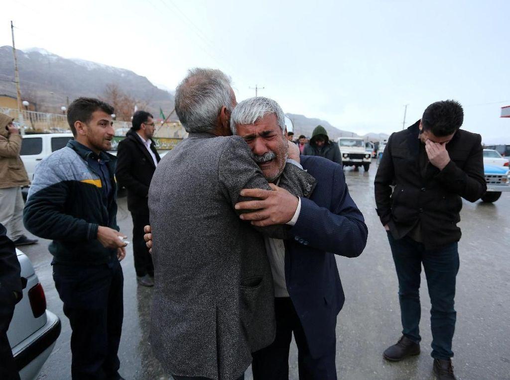 Tim Iran Temukan Serpihan Pesawat Sipil yang Jatuh di Gunung
