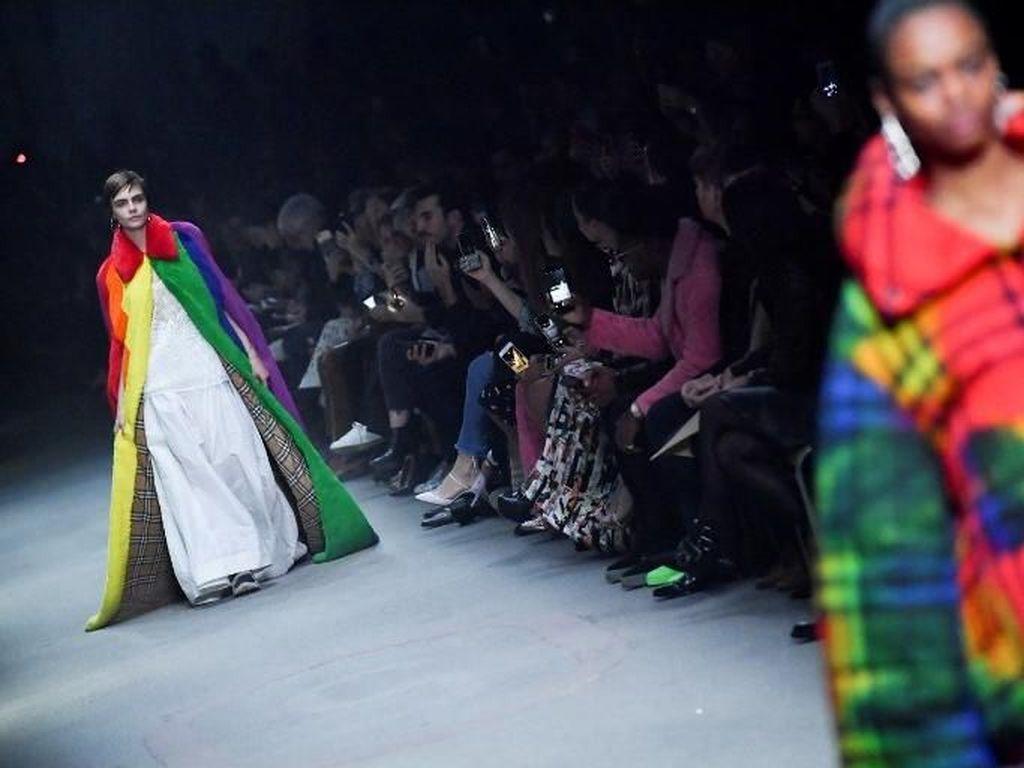 Foto: Aksi Cara Delevingne Kembali ke Catwalk Dukung LGBT