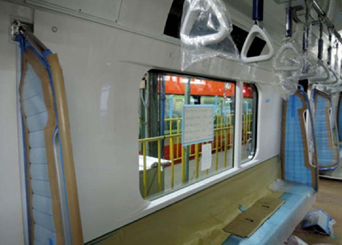 Sejumlah fitur yang terdapat di dalam kereta di antaranya pendingin ruangan, dua CCTV per kereta, bagasi di atas kursi prioritas, passanger information display, tuas pembuka pintu darurat, intercom, alat pemadam api ringan, pintu darurat di ruang masinis, area kursi roda dan lainnya. Akses ke sinyal telekomunikasi juga nanti akan disediakan untuk jalur yang melewati area terowongan | Sumber: Pool/MRT Jakarta.