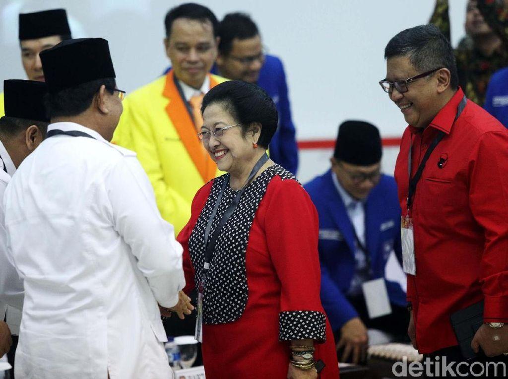 Foto: Momen Prabowo Bersalaman dengan Megawati