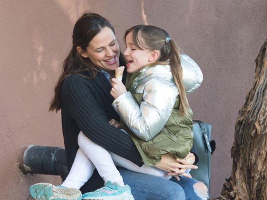 Kocak! Jennifer Garner Gambarkan Liburan Bareng Anak dengan Meme