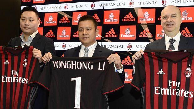 Yonghong Li (tengah) sempat terpincut mendatangkan Cristiano Ronaldo ke AC Milan. (