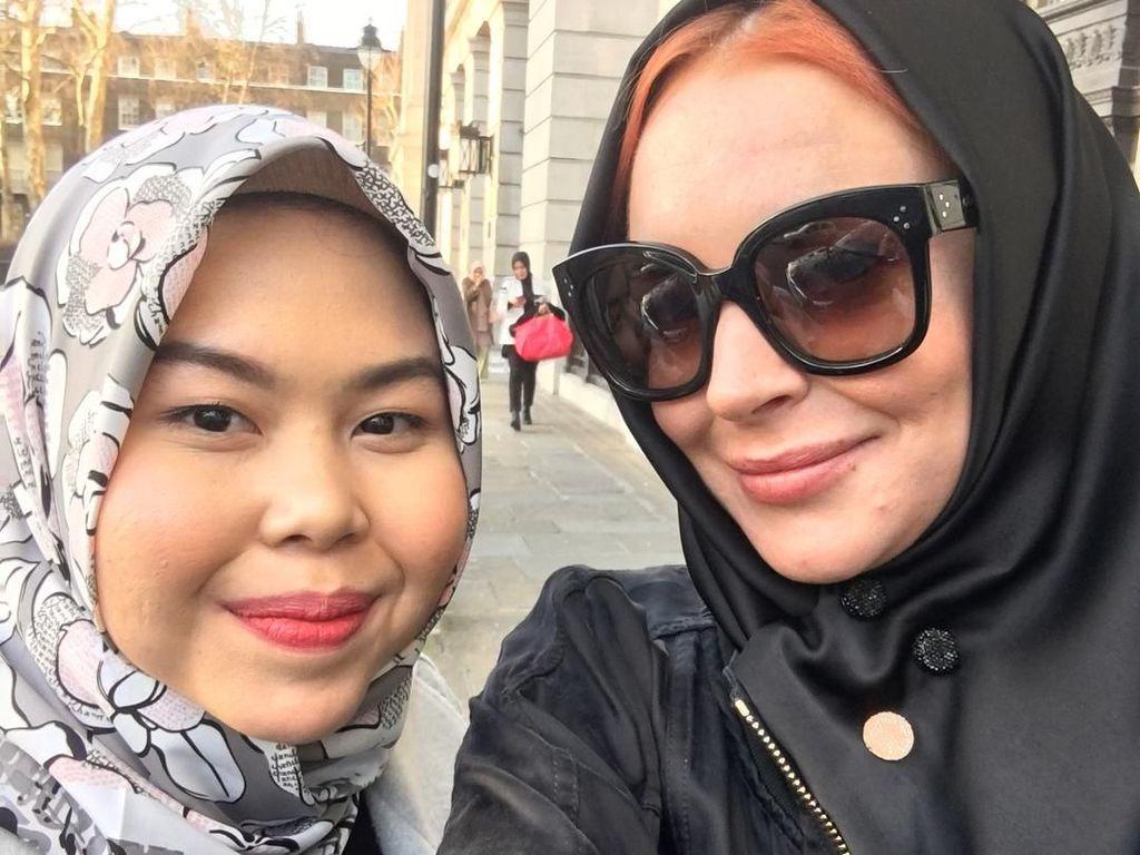 Ada Kiprah Wanita Indonesia di Balik Gaya Lindsay Lohan Berhijab