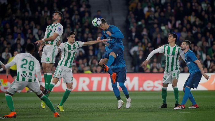 Madrid memetik kemenangan dengan meyakinkan atas Betis. Skor akhir laga di Estadio Benito Villamarin, Senin (19/2/2018), 5-3. Foto: Jon Nazca/Reuters