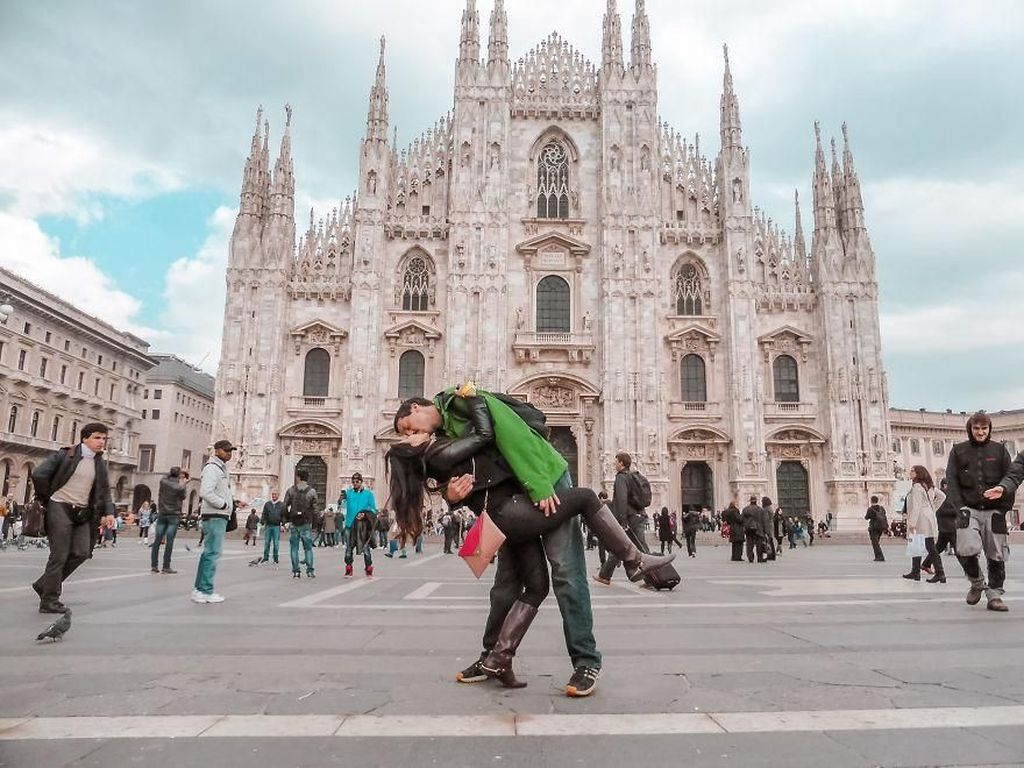 Foto: Pasangan yang Keliling Dunia dan Berpose Ciuman