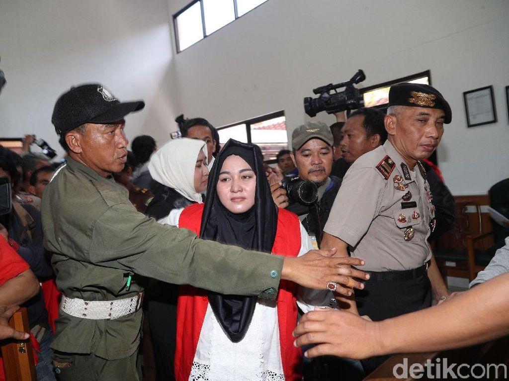 Foto: Anniesa Hasibuan Berkerudung Hitam di Sidang Perdana