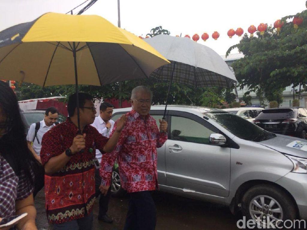 Pakai Payung Mendag Cek Kualitas Beras di Cipinang, Apa Hasilnya?