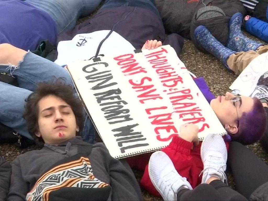 Foto: Protes Aturan Senjata, Remaja AS Berbaring di Depan White House