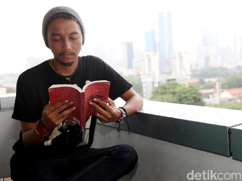 5 Penyair Indonesia yang Puisinya Bikin Hati Luluh